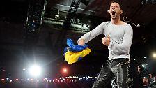 Der schon im Vorfeld favorisierte Schwede Måns Zelmerlöw gewinnt den Eurovision Song Contest, ...