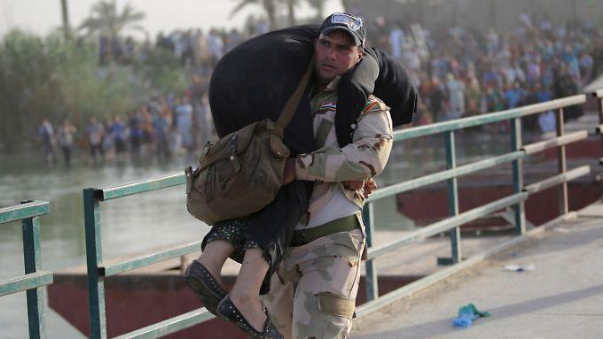 Die Schlacht um Ramadi hat die irakische Armee vorerst verloren. Bei der Evakuierung der Einwohner helfen die Soldaten dann wieder.
