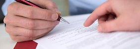 Alternative zur Kündigung: Bevor Mitarbeiter einen Aufhebungsvertrag unterschreiben, sollten sie ihn gründlich prüfen und sich dabei nicht unter Druck setzen lassen.