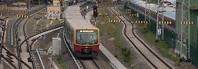 Schock-Moment in Berliner S-Bahn: Betrunkener bedroht Fahrgäste mit Axt