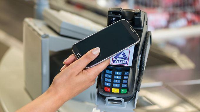 Bargeldloses Bezahlen: Bei Aldi können Kunden jetzt mit dem Smartphone zahlen