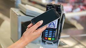 Schnell und komfortabel: Bei Aldi können Kunden jetzt mit dem Smartphone zahlen