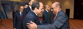 Ägyptens Präsident Al-Sisi (l.) mit seinem Kollegen aus dem Sudan All-Bashir (r.) vor dem Vertragsabschluss.