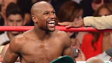 Das ist unbestritten die Nummer eins unter den Sportlern mit dem besten Jahresverdienst. Der Boxer Floyd Mayweather aus den USA verdient rund 300 Millionen Dollar (265 Millionen Euro) im Jahr.