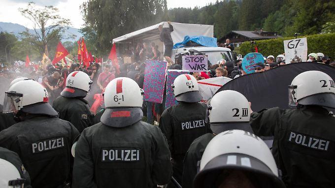 Tausende Polizisten haben den G7 rings um Schloss Elmau bewacht. Zwei Beamte haben sich gewaltig im Ton vergriffen.