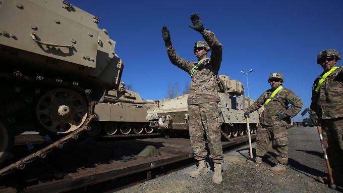 US-Panzer vom Typ M1 Abrams werden in Drawsko Pomorskie (Polen) für ein Nato-Manöver abgeladen.