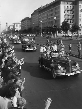 Autokorso Olympischer Athleten auf der Stalinallee (Max Ittenbach, 1960)