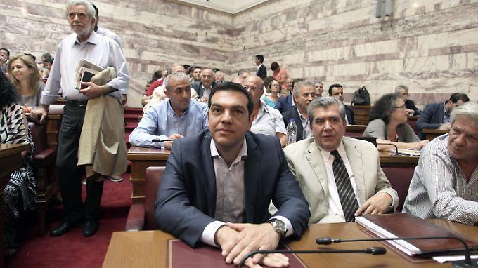 Alexis Tsipras inmitten der Syriza-Abgeordneten.