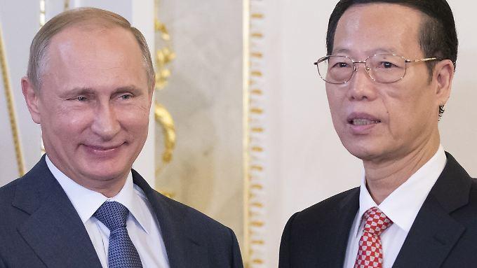 Putin heißt den chinesischen Vize-Premier Zhang in St. Petersburg herzlich willkommen. Die Chinesen stehen schon längst bereit, um für Deutschland in die Bresche zu springen.