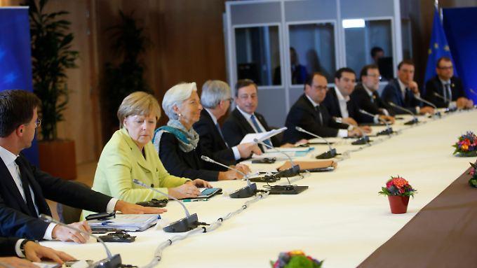 """Eurogruppen-Chef Dijsselbloem, Bundeskanzlerin Merkel, IWF-Chefin Lagarde, Kommissionspräsident Juncker, EZB-Präsident Draghi und die Staats- und Regierungschefs der Eurozone bei ihrem """"Beratungsgipfel"""" in Brüssel."""
