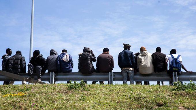 Viele Flüchtlinge versuchen nach ihrer Ankunft in Europa, nach Norden zu gelangen. Hier warten sie in Calais auf eine Möglichkeit, durch den Kanaltunnel zu kommen.