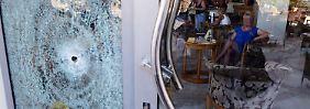 Nach dem Anschlag verlassen erliche Touristen das Hotel - sie versuchen, so schnell wie möglich abzureisen.