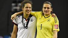 """""""Und die Spielerinnen sagen in der Kabine immer noch, die hauen wir weg. Verrückt."""": Nadine Angerer, hier mit Angreiferin Celia Sasic."""
