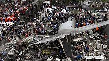 Dutzende Tote auf Sumatra: Militärmaschine stürzt in Wohngebiet