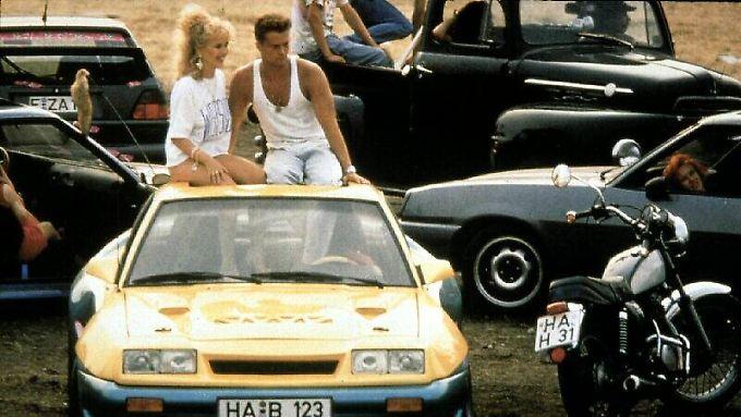 Bertie (Til Schweiger) und Uschi (Tina Ruland) wollen im Opel wieder Gas geben.