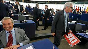 """Juncker schnappt sich das """"OXI""""-Schild von Farage, dieser amüsiert sich köstlich."""