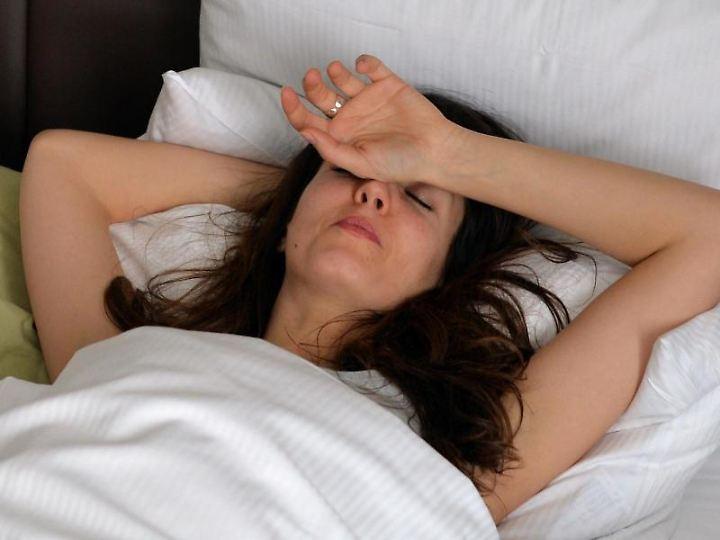 Viel zu heiß: Die Hitze bringt manch einen um den Schlaf. Clever lüften und ein leichtes Leinentuch statt einer dicken Bettdecke können helfen.