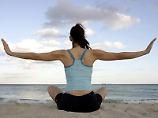 Yoga am Strand - das ist bei einem stressigen Berufsleben das richtige Gegenprogramm.
