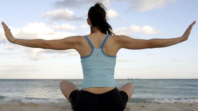 Yoga am Strand - das ist bei einem stressigen Berufsleben das richtige Gegenprogramm. Foto:Gero Breloer