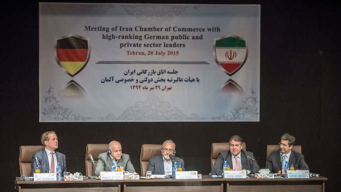 Eric Schweitzer (l.) und Sigmar Gabriel (2.v.r.) im Kreis der iranischen Vertreter.