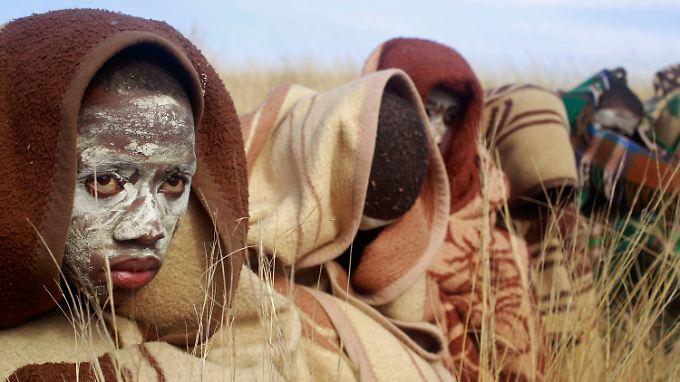 Bevor sie als Erwachsene gelten, werden Xhosa-Jungen an abgelegene Orte geschickt, wo sie unter anderem beschnitten werden.