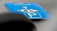 So ist es richtig: Damit eine Parkscheibe gültig ist, darf der Zeiger nicht zwischen zwei Markierungsstreifen liegen. Sonst droht ein Bußgeld.