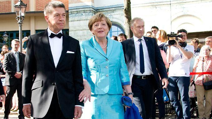 Offenbar doch alles in Ordnung. Angela Merkel mit Ehemann Jaochim Sauer bei den Bayreuther Festspielen.