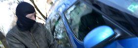 Von Autoaufbruch bis Straßenraub: In diesen Fällen zahlt die Hausratversicherung