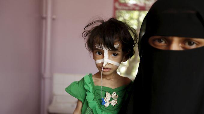 Eine Mutter und ihre unterernährte Tochter in einem Krankenhaus in Sanaa.