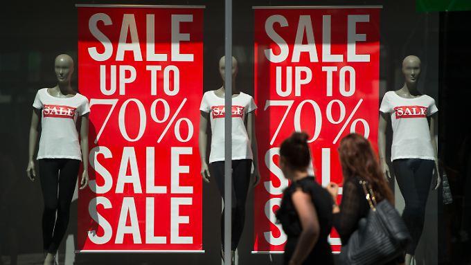 Der Sommer geht in den letzten Monat - die Geschäfte sortieren die Saisonkleidung aus.