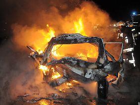 Der Wagen der Unfallopfer brannte vollständig aus.
