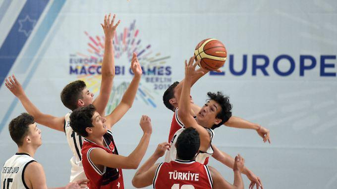 Basketballer aus der Türkei (rot) und Deutschland traten am 30. Juli im Rahmen der Europäischen Makkabi-Spiele in Berlin gegeneinander an.