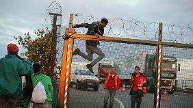 Einige Geflohene richten sich im Lager ein, andere versuchen zu entkommen.