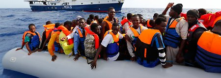 Katastrophe im Mittelmeer: Schiff mit 200 Flüchtlingen sinkt