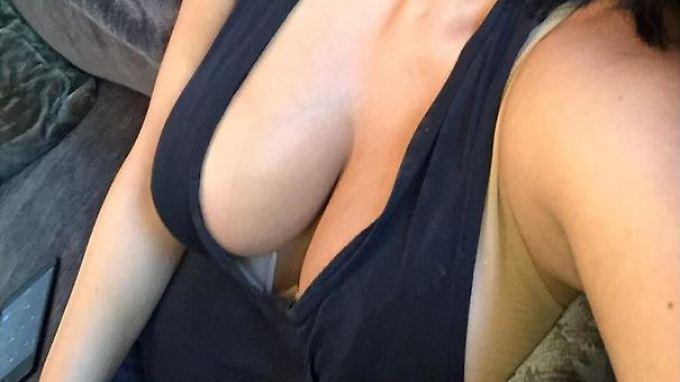 Skinny Teen mit schönen Brüsten