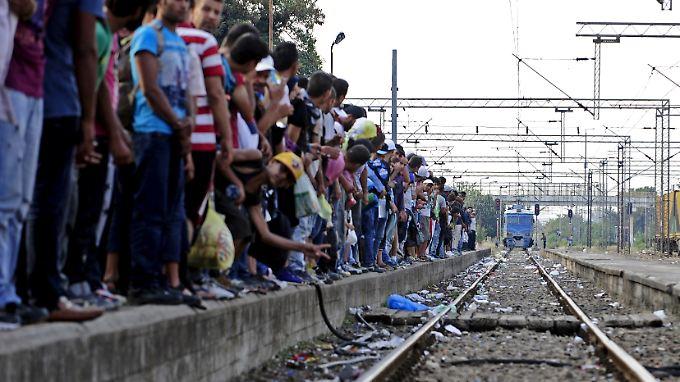 Flüchtlinge warten am Bahnsteig des Bahnhofs im mazedonischen Gevgelia.