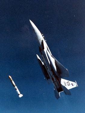 1985: Ein F-15-Jet feuert eine Rakete ab, die kurze Zeit später einen Satelliten im Orbit zerstört.