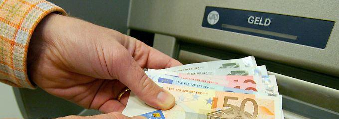 Mit einem Basiskonto und einer Bankcard kann man auch über Automaten Geld abheben.