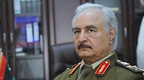 General Khalifa Haftar kämpfte 2014 noch in Eigenregie, inzwischen wurde ihm offiziell das Kommando für die libysche Armee übertragen. Er steht - freilich ohne Gewähr, dass es dabei bleibt - auf der Seite der Regierung von Tobruk.