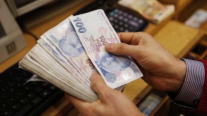 Seit Jahresbeginn hat die Lira zum Dollar knapp 30 Prozent an Wert eingebüßt.
