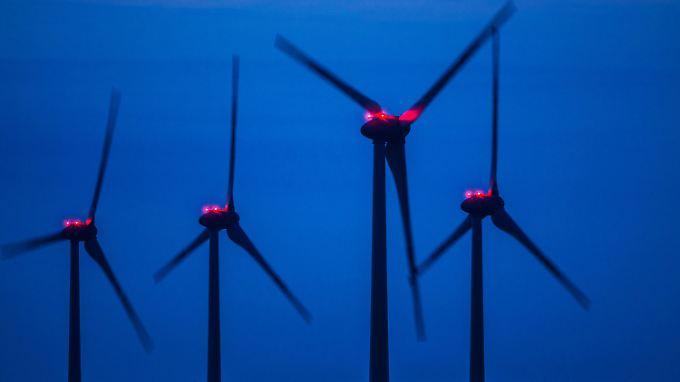 Rote Warnleuchten auf Windrädern: Nach den Berechnungen können maximal 26 Prozent der natürlichen Windenergie für Strom genutzt werden.