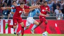 Lazio Roms Miroslav Klose (m.) wird im Rückspiel zur Champions-League-Qualifikation gegen Bayer Leverkusen verletzungsbedingt fehlen.