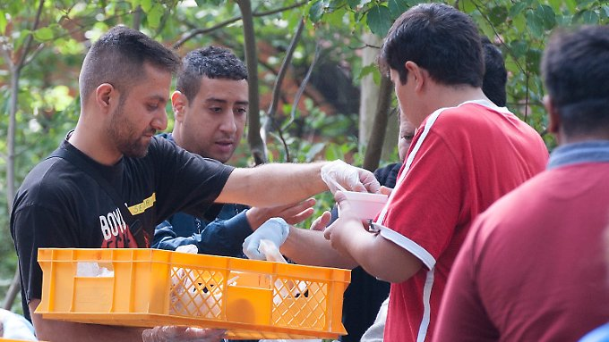 """Seit Wochen organisiert die Initiative """"Moabit Hilft"""" drei Mahlzeiten pro Tag und Flüchtling. Alle Mittel stammen aus privaten Spenden. Die Stadt hinkt hinterher."""