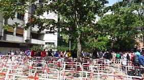 Vormittags vor dem Hauptgebäude des Lageso.
