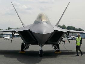 Zwei Triebwerke, ein Pilot, Stealth-Design zur Unterdrückung des Radarechos: Die F-22 ist vollgestopft mit neuester Elektronik (Archivbild).