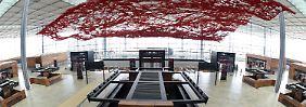 """Immerhin gibt es schon """"Kunst am Bau"""" auf dem BER. Hier die künstlerisch gestaltete Decke im Hauptterminal."""