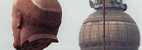 Ausgebuddelt und verfrachtet: Lenins Kopf reist wieder