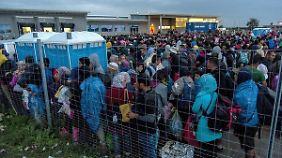 Ausnahmezustand in Österreich: CSU fühlt sich von Flüchtlingen überfordert