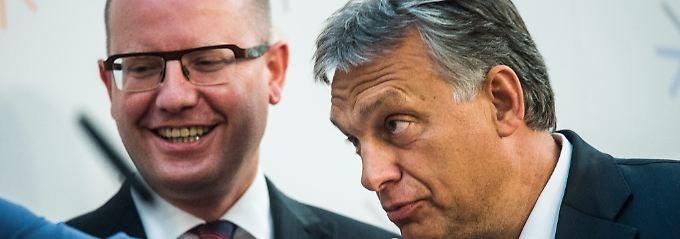Allianz der Nein-Sager: Tschechiens Regierungschef Bohuslav Sobotka mit Ungarns Ministerpräsident Viktor Orbán, der die Hand der polnischen Ministerpräsidentin Ewa Kopacz küsst.