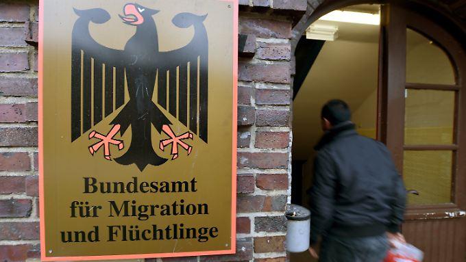 Schild des Bundesamtes für Migration und Flüchtlinge an einer Erstaufnahmeeinrichtung in Neumünster.